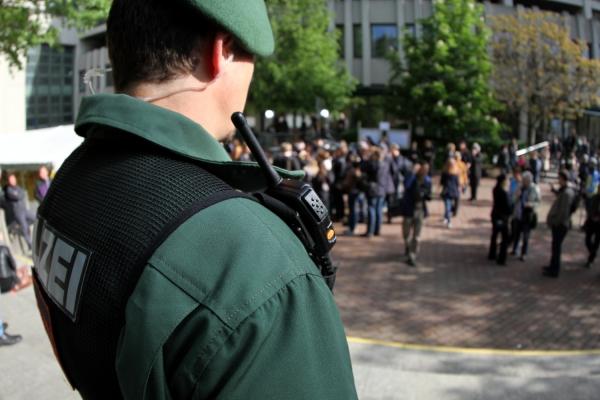 Polizist mit Funkgerät, über dts Nachrichtenagentur