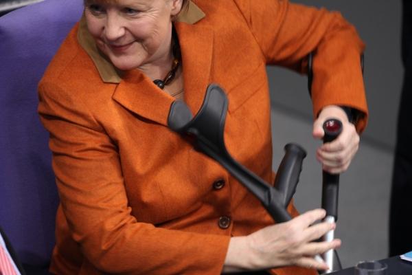 Angela Merkel mit Krücken, über dts Nachrichtenagentur