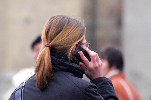 Frau mit Telefon, über dts Nachrichtenagentur