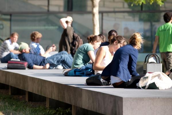 Junge Leute vor einer Universität, über dts Nachrichtenagentur