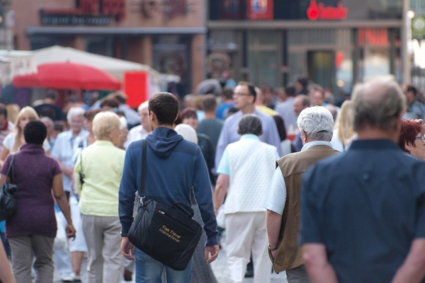 Menschen in einer Fußgängerzone, über dts Nachrichtenagentur