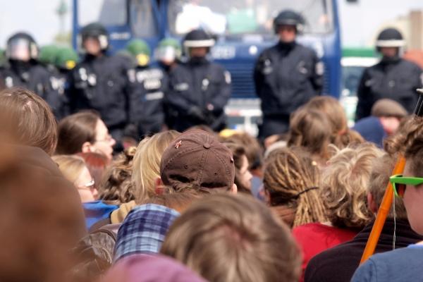 Demonstranten führen eine Sitzblokade durch, über dts Nachrichtenagentur
