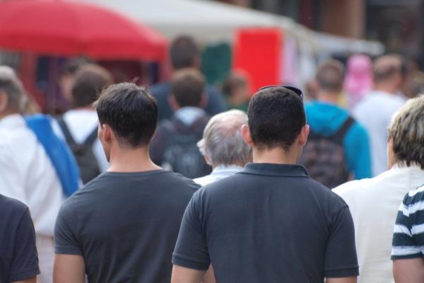 Männer in einer Fußgängerzone, über dts Nachrichtenagentur