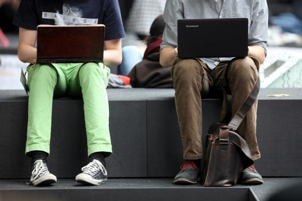 Zwei Männer surfen im Internet, über dts Nachrichtenagentur