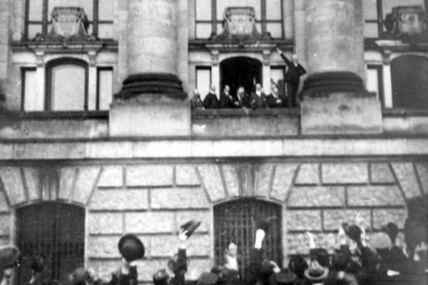 Philipp Scheidemann ruft am 9. November 1918 die Republik aus, über dts Nachrichtenagentur