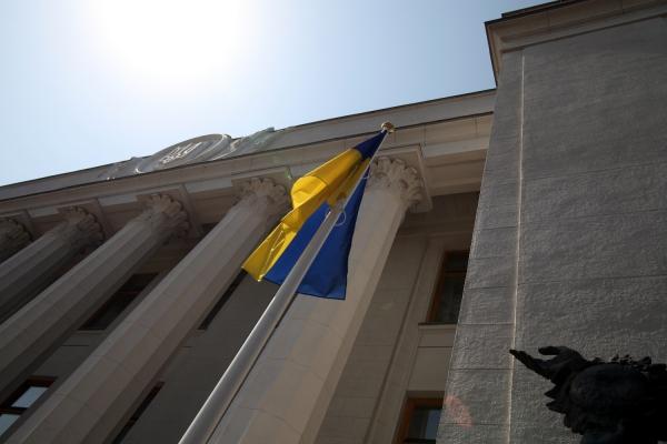 Ukrainische Flagge vor dem Parlament in Kiew, über dts Nachrichtenagentur