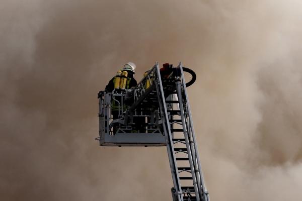 Feuerwehr auf einer Drehleiter, über dts Nachrichtenagentur