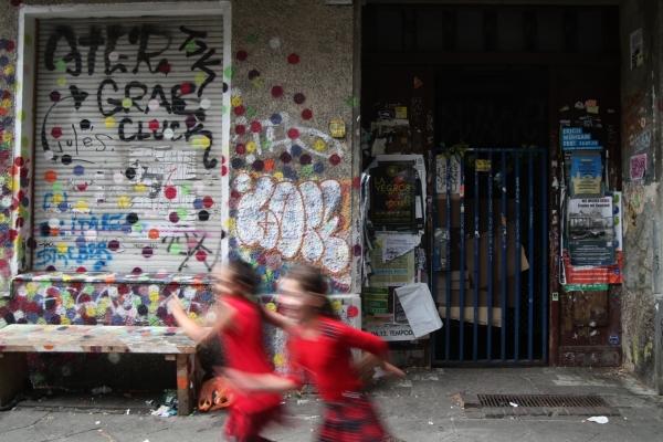 Kinder vor einem unsanierten Haus in Berlin-Neukölln, über dts Nachrichtenagentur