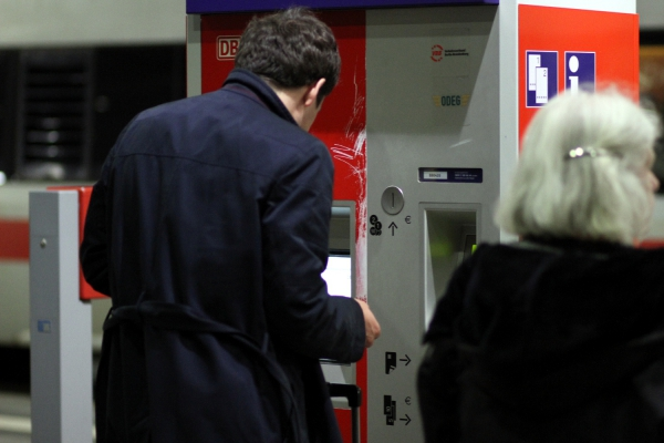 Reisender an einem Fahrkartenautomaten der Bahn, über dts Nachrichtenagentur