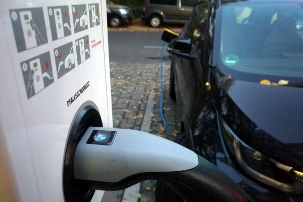 Elektroauto an einer Ladestation, über dts Nachrichtenagentur