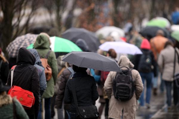 Menschen mit Regenschirm, über dts Nachrichtenagentur