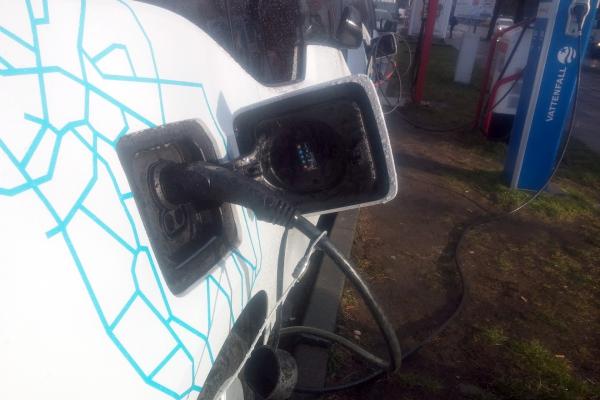 Elektroauto an einer Strom-Tankstelle, über dts Nachrichtenagentur