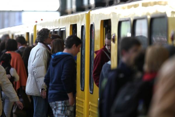 Fahrgäste am Bahnsteig einer Berliner U-Bahn, über dts Nachrichtenagentur