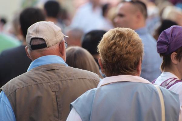 Senioren in einer Fußgängerzone, über dts Nachrichtenagentur