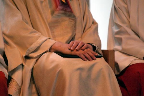 Katholischer Pfarrer bei einer Messe zwischen Ministranten, über dts Nachrichtenagentur