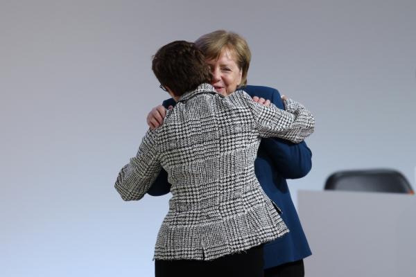 Annegret Kramp-Karrenbauer und Angela Merkel, über dts Nachrichtenagentur