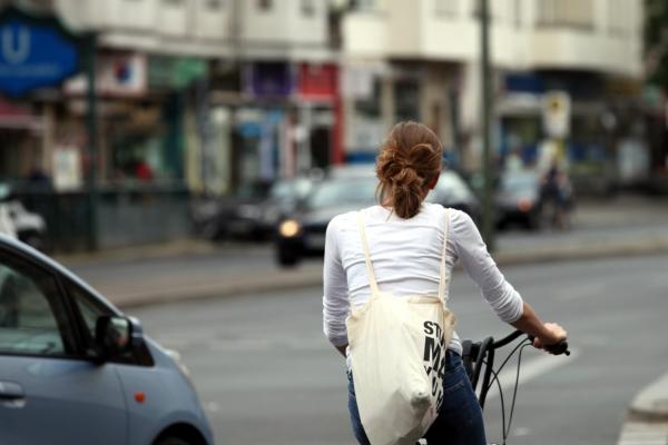 Junge Frau auf Fahrrad im Straßenverkehr, über dts Nachrichtenagentur