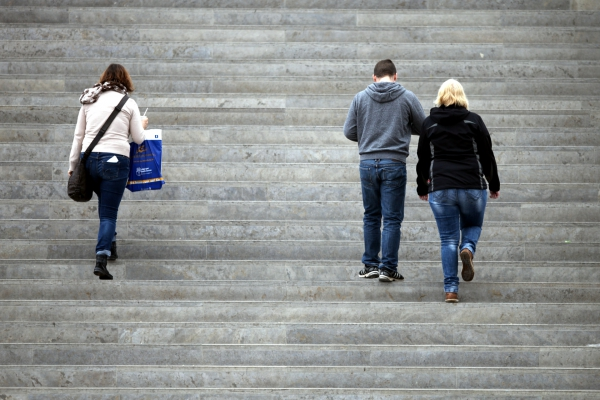 Drei Personen gehen eine Treppe hinauf, über dts Nachrichtenagentur
