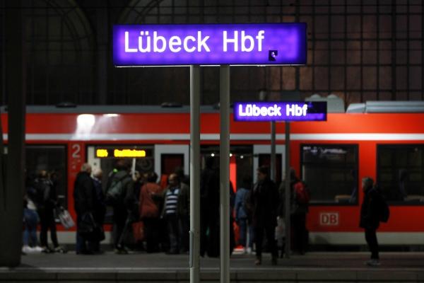 Passagiere im Lübeck Hbf, über dts Nachrichtenagentur
