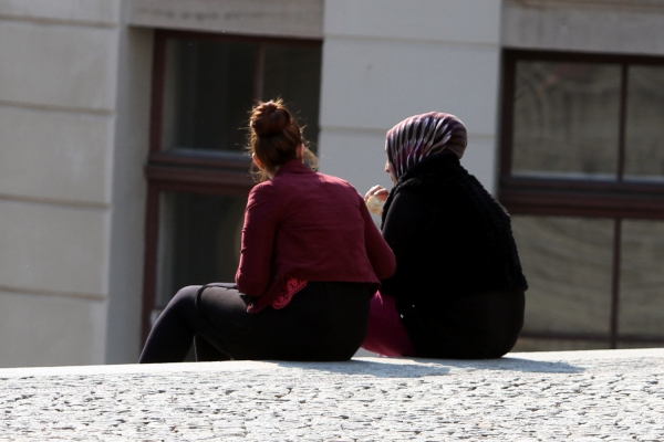 Frau mit Kopftuch und Frau ohne Kopftuch, über dts Nachrichtenagentur