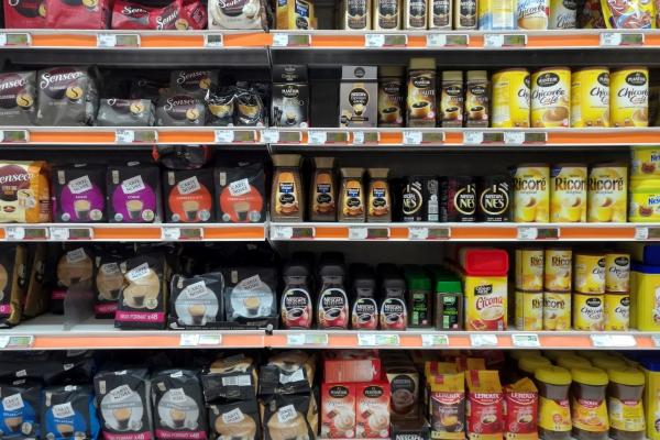 Kaffee und Tee im Supermarkt, über dts Nachrichtenagentur