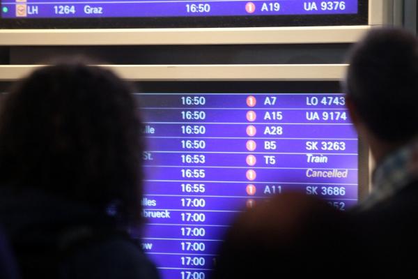 Passagiere vor Informationstafel am Frankfurter Flughafen, über dts Nachrichtenagentur