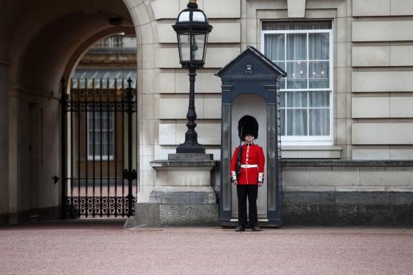 Wache vor dem Buckingham Palace, über dts Nachrichtenagentur[/caption]