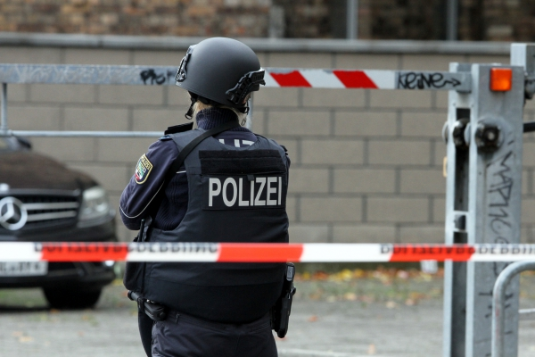 Polizistin hinter Absperrband, über dts Nachrichtenagentur