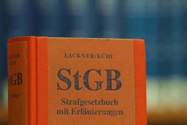 Das Strafgesetzbuch in einer Bibliothek, über dts Nachrichtenagentur[/caption]