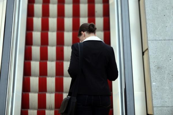 Frau auf einer Rolltreppe, über dts Nachrichtenagentur