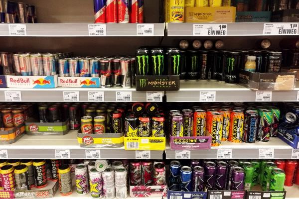 Energydrinks im Supermarktregal, über dts Nachrichtenagentur