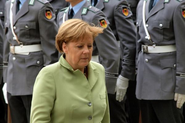 Angela Merkel vor Bundeswehr-Soldaten, über dts Nachrichtenagentur