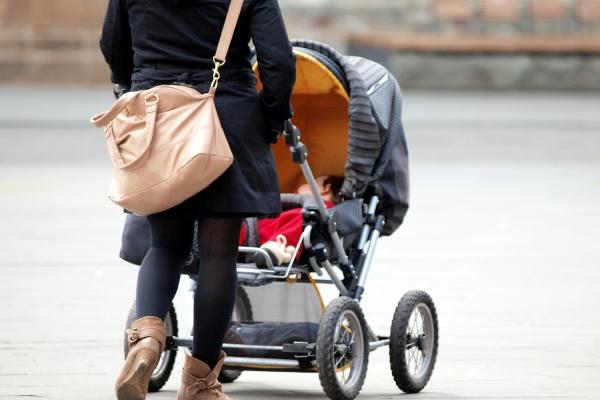 Mutter mit Kleinkind und Kinderwagen, über dts Nachrichtenagentur