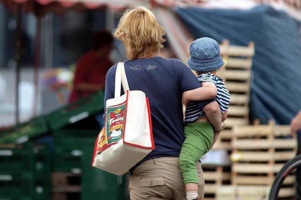 Foto: Frau mit Kind, über dts Nachrichtenagentur