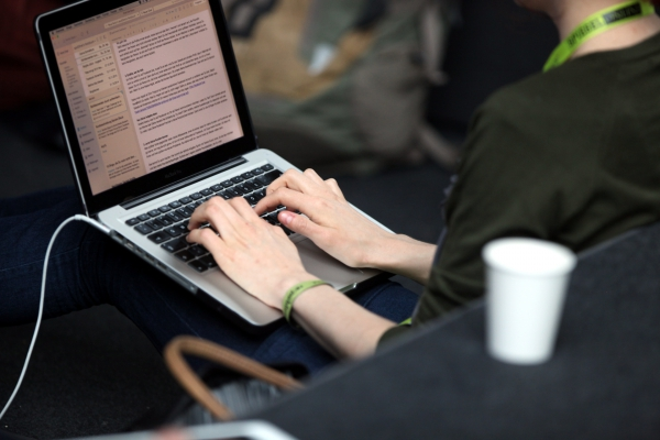 Frau an einem Laptop, über dts Nachrichtenagentur