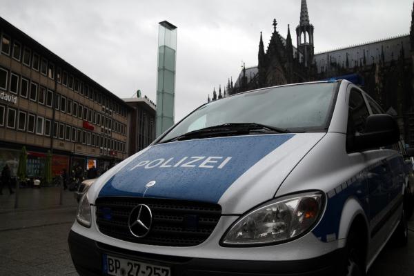 Foto: Polizeiauto vor Kölner Dom und Hauptbahnhof, über dts Nachrichtenagentur