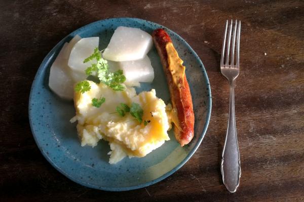 Foto: Bratwurst mit Kartoffelbrei und Kohlrabi, über dts Nachrichtenagentur