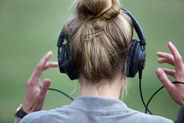 Frau mit Kopfhörern, über dts Nachrichtenagentur