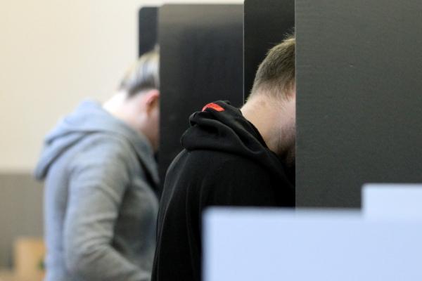 Foto: Wähler in einem Wahllokal, über dts Nachrichtenagentur