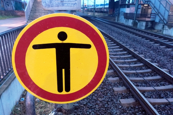 Warnschild bei der Bahn, über dts Nachrichtenagentur