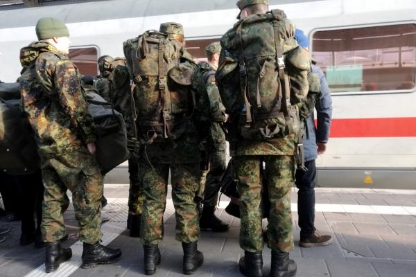Bundeswehrsoldaten fahren Bahn, über dts Nachrichtenagentur