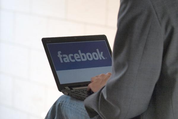 Foto: Facebook-Nutzer am Computer, über dts Nachrichtenagentur