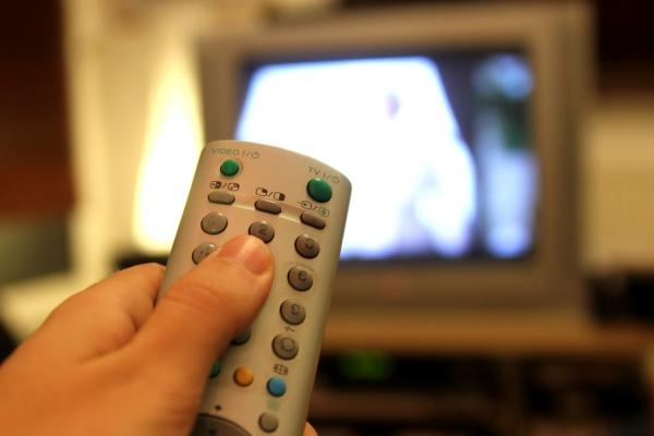 Foto: Fernsehzuschauer mit einer Fernbedienung, über dts Nachrichtenagentur