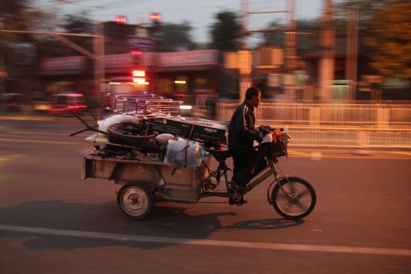Foto: Mann fährt auf Motorrad mit Ladefläche in China, über dts Nachrichtenagentur