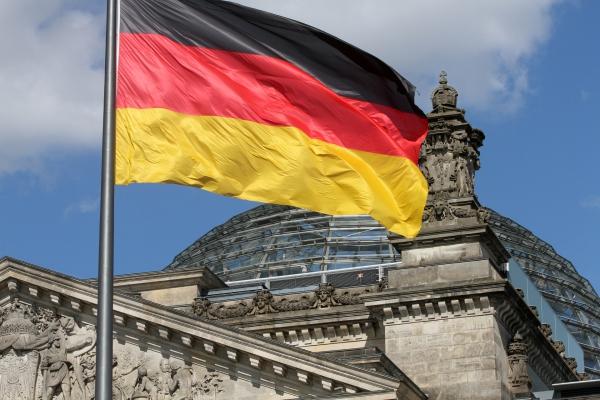 Foto: Deutschlandfahne über dem Reichstagsgebäude, über dts Nachrichtenagentur