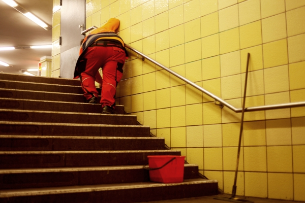 Foto: Reinigungskraft in einer U-Bahn-Station, über dts Nachrichtenagentur