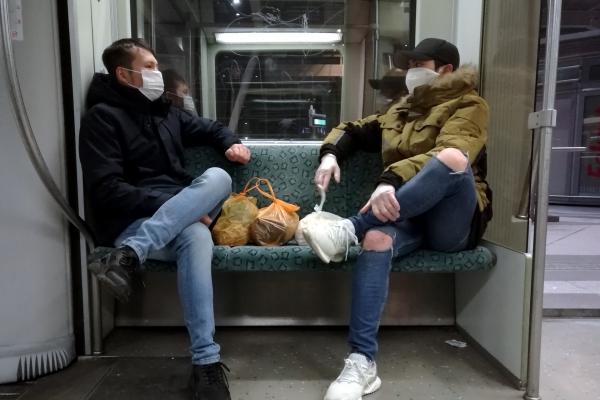 Zwei Männer mit Atemschutzmaske in Berliner S-Bahn, über dts Nachrichtenagentur