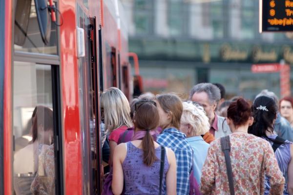 Fahrgäste in einer Straßenbahn, über dts Nachrichtenagentur