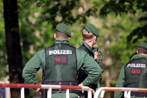 Foto: Polizisten an einer Absperrung, über dts Nachrichtenagentur