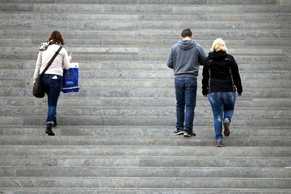 Foto: Drei Personen gehen eine Treppe hinauf, über dts Nachrichtenagentur